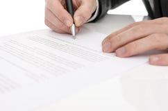 签合同的一个人的特写镜头 免版税图库摄影