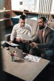 签合同的两个兴旺的商务伙伴在见面以后 免版税库存图片