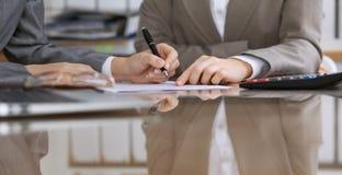 签合同的商人或律师在会议上 人的手特写镜头在工作 免版税图库摄影