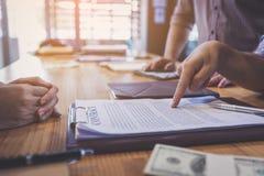 签合同的商务伙伴从投资者借用金钱 免版税库存图片