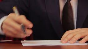 签合同,协议的商人,运作在办公室 影视素材