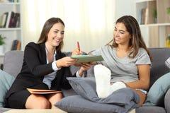 签同保险代理公司的残疾妇女一个合同 库存照片