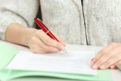 签在桌面上的手的特写镜头一个合同 免版税库存图片