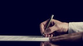 签在黑暗的背景的一个合同 免版税库存照片