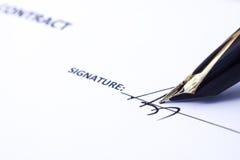 签字与一支金黄笔 库存图片