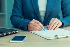 签字企业的协议,女实业家手写署名 库存照片