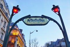 签字在一个地铁Metropolitain地铁站的入口在巴黎,法国 免版税库存图片