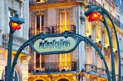 签字在一个地铁Metropolitain地铁站的入口在巴黎,法国 库存照片