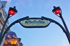 签字在一个地铁Metropolitain地铁站的入口在巴黎,法国 图库摄影