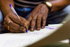 签字在一张重要纸 结婚登记证人手 库存照片