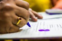 签字在与拇指impresion的重要法律纸 浅深度的域 免版税库存照片