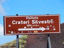 签字在与白色箭头的Silvestri火山口在红色背景, Etna火山 库存图片