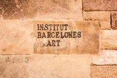 签字在博物馆大厦石墙上在巴塞罗那,西班牙 巴塞罗那皇家艺术性的圈子哥特式处所的 免版税库存照片