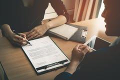签字在工作或企业协议的一个合同成交的妇女 免版税库存图片