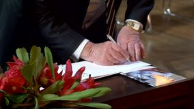 签字在葬礼的纪念书 股票视频