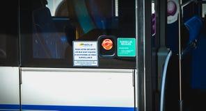 签字用公共汽车用录影监视系统装备的您的安全的法语 免版税库存图片