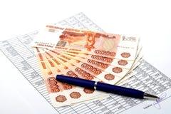 签字的文件的现金俄国货币。 库存图片