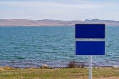 签字,签字没有在湖岸的文字 免版税库存图片