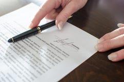 签的合同 免版税库存照片