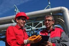 签署一个文件的工程师在能源厂 免版税库存图片