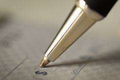 签署个人理财的一张支票 库存照片