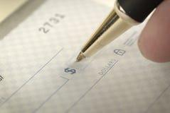 签署个人理财的一张支票 库存图片