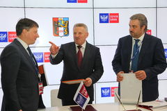 签署了在哈巴罗夫斯克边疆区政府和PJSC邮件银行之间的一个合作协议 免版税库存照片