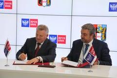 签署了在哈巴罗夫斯克边疆区政府和PJSC邮件银行之间的一个合作协议 免版税库存图片