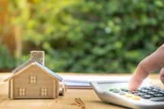 签署合同买进卖出房子的事务 免版税库存图片