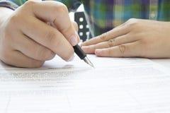 签署合同文件的亚裔女商人做成交 免版税图库摄影