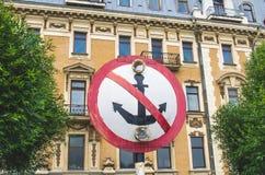 签署在一个古老大厦的背景的船锚停泊 库存图片