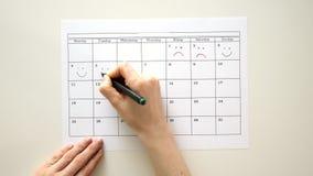 签署在日历的天与笔,画微笑 股票视频