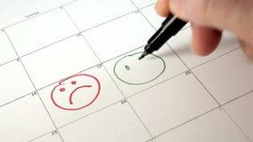 签署在日历的天与笔,画微笑 股票录像