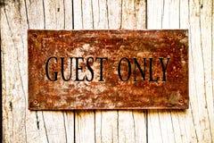 签署在木头的老钢,只有客人 向量例证