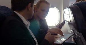 签署在飞机的青年人协议 影视素材