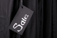 签署在黑裤子和牛仔裤背景的销售 复制空间 星期五 关闭 库存照片