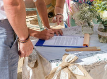 签署寄存器的新娘和新郎 免版税库存图片