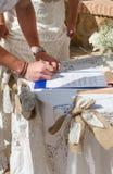 签署寄存器的新娘和新郎 免版税库存照片