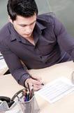 签署年轻人的企业家纸张 库存图片