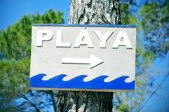 签署指向playa,海滩用西班牙语 库存图片