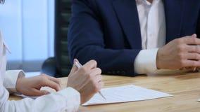签署文件的客户和得到汽车钥匙 影视素材