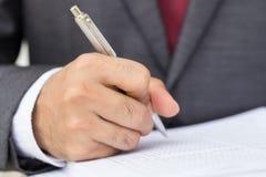 签署文件的生意人 免版税库存图片