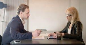 签署文件的年轻买卖人在办公室 股票视频