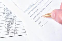 签署的正式纸 在笔的焦点 免版税库存照片