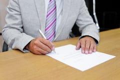 签署纸形式的商人 库存图片