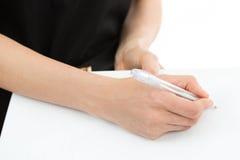 签署纸的妇女手 免版税库存图片