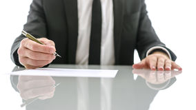 签署重要文件的商人 库存照片