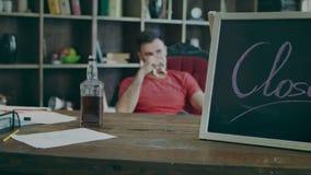 签署闭合和饮用的商人用在玻璃的威士忌酒 影视素材