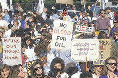 签署oil�的在和平集会,洛杉矶,加利福尼亚�No血液 免版税库存图片