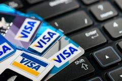 签证在笔记本键盘的信用卡 免版税库存图片